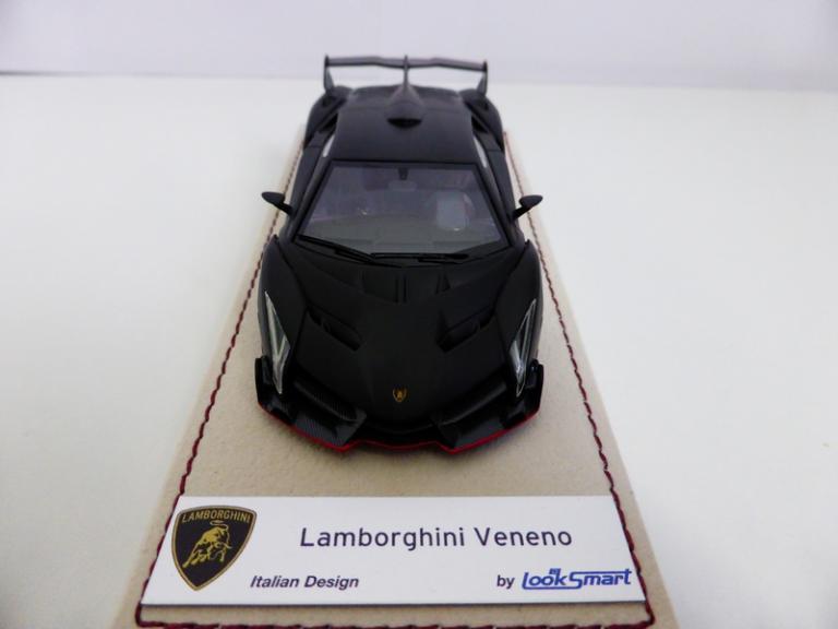 Lamborghini Veneno 1/43 de face avec sa plaque nominative